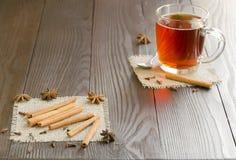 Tazza di vetro dei bastoni di cannella e del tè Fotografia Stock