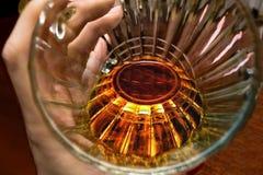 Tazza di vetro di birra a disposizione, sguardo dentro Fotografia Stock Libera da Diritti