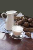 Tazza di vetro di latte su una vecchia tavola, natura morta Immagini Stock