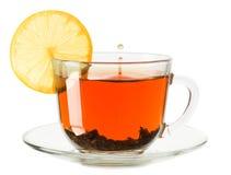 Tazza di vetro di tè con il limone su un fondo bianco Fotografie Stock