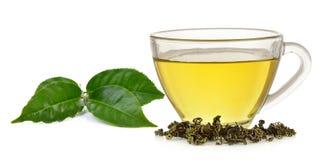 Tazza di vetro di tè verde e della menta isolati su fondo bianco Fotografia Stock