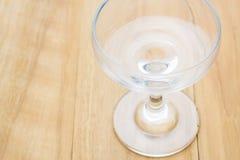 Tazza di vetro sul bordo di legno Fotografia Stock