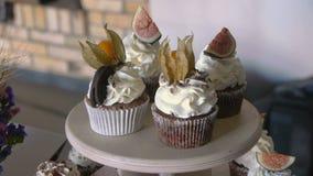 Tazza-dolci con crema Crema del burro sui muffin saporiti video d archivio