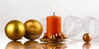 Tazza dorata, candela arancione Fotografie Stock