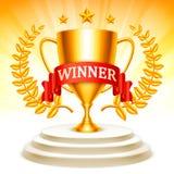 Tazza dorata del trofeo sul podio Immagini Stock Libere da Diritti