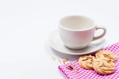 Tazza e biscotti di caffè vuoti su fondo bianco Immagine Stock