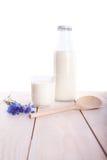 Tazza e bottiglia del latte sulla tavola di legno Fotografia Stock