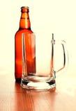 Tazza e bottiglia di birra di birra Immagini Stock Libere da Diritti
