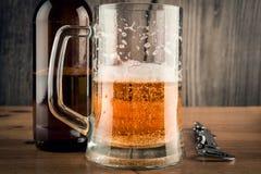 Tazza e bottiglia di birra di birra Immagine Stock