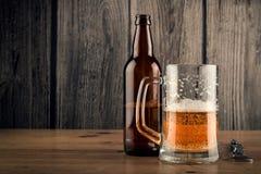 Tazza e bottiglia di birra di birra Fotografia Stock Libera da Diritti