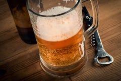 Tazza e bottiglia di birra di birra Fotografie Stock Libere da Diritti