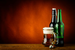 Tazza e bottiglie di birra Fotografia Stock Libera da Diritti