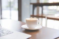 Tazza e computer portatile di caffè fotografie stock libere da diritti