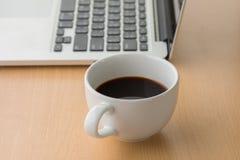 Tazza e computer portatile di caffè Fotografia Stock Libera da Diritti