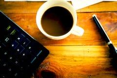 Tazza e computer portatile di caffè per il fuoco selettivo di affari su caffè Immagine Stock