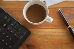 Tazza e computer portatile di caffè per l'affare, Fotografie Stock Libere da Diritti