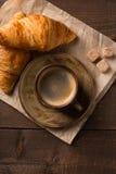 Tazza e croissant di caffè immagine stock