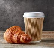 Tazza e croissant di caffè di carta immagini stock libere da diritti