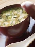 Tazza e cucchiaio della minestra di miso Fotografia Stock