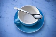 Tazza e cucchiaio di caffè vuoti Immagini Stock