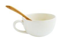 Tazza e cucchiaio di legno isolati su bianco immagini stock libere da diritti