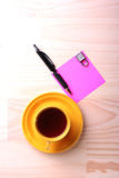 Tazza e documento di graffiatura Fotografie Stock