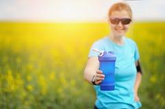 Tazza e donna del frullato prima dell'allenamento Forma fisica e lifes sani Fotografie Stock