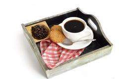 Tazza e fagioli di caffè con il biscotto Fotografia Stock Libera da Diritti