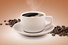Tazza e fagioli di caffè con il percorso di ritaglio Fotografie Stock Libere da Diritti