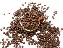 Tazza e fagioli di caffè di due toni isolati Fotografia Stock
