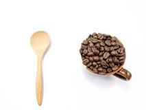 Tazza e fagioli di caffè di due toni isolati con il cucchiaio Fotografia Stock Libera da Diritti