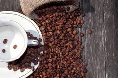 Tazza e fagioli di caffè di vista superiore Fotografia Stock