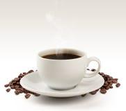 Tazza e fagioli di caffè su un fondo bianco (percorso di ritaglio). Fotografia Stock Libera da Diritti