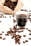 Tazza e fagioli di caffè su una priorità bassa bianca Immagini Stock