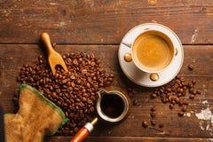 Tazza e fagioli di caffè sulla tavola di legno immagine stock libera da diritti