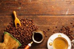 Tazza e fagioli di caffè sulla tavola di legno fotografia stock