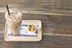 Tazza e fiocchi di mais del cioccolato del ghiaccio su legno Copi lo spazio fotografie stock libere da diritti