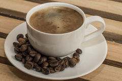 Tazza e grano di caffè sul piatto Fotografia Stock Libera da Diritti