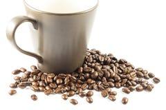 Tazza e gruppo di chicchi di caffè Immagine Stock