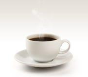 Tazza e piattino di caffè su un fondo bianco (percorso di ritaglio). Immagine Stock