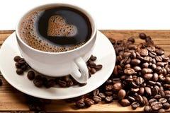 Tazza e piattino di caffè su una priorità bassa bianca. Immagine Stock