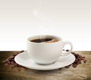 Tazza e piattino di caffè su una tavola di legno (percorso di ritaglio). Immagine Stock Libera da Diritti