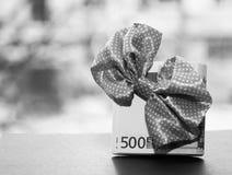 Tazza e soldi bianchi dell'euro, fotografia stock