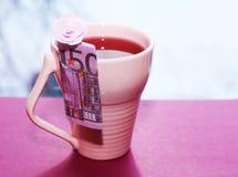 Tazza e soldi rosa, bella mattina romantica fotografie stock