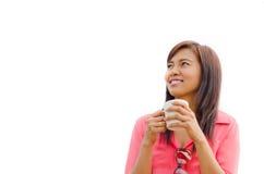 Tazza e sorriso di caffè tailandese della holding della donna Fotografia Stock Libera da Diritti