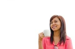 Tazza e sorriso di caffè tailandese della holding della donna Fotografie Stock