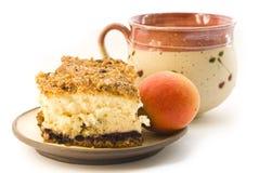 Tazza e un patè con il grafico a torta e l'albicocca Fotografia Stock