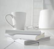 Tazza e vetri bianchi   Fotografia Stock
