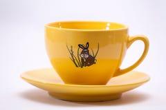 Tazza gialla con il tema del coniglietto Fotografia Stock