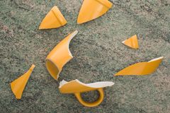 Tazza gialla rotta Fotografie Stock